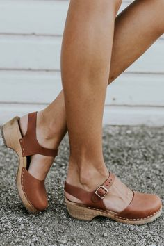 Shop our cute spring shoes including mules, flats, booties, clogs, & tennis shoes. ROOLEE shoes will help complete your Easter outfit! Clogs Outfit, Clogs Shoes, Women's Shoes Sandals, Shoe Boots, Clog Sandals, Cute Shoes, Me Too Shoes, Beige Blond, Shoes 2018
