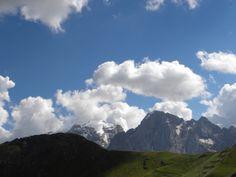 #italia #italy #dolomiti #trentino #pordoi #passopordoi  #bluesky #sky #blue #mountains #travel #clouds #pretty #perf #loveit #wanderlust #fassavalley #valdifassa #marmolada