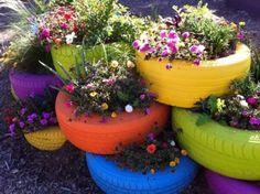 Leuke manier om oude banden te recyclen voor in de tuin, grappige gekleurde bloemenbakken