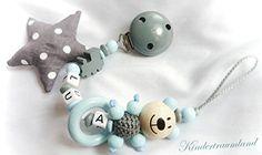 Sale Preis: Schnullerkette mit Namen, Teddy, Bär, Lok, blau, grau, Junge, Stoffstern. Gutscheine & Coole Geschenke für Frauen, Männer & Freunde. Kaufen auf http://coolegeschenkideen.de/schnullerkette-mit-namen-teddy-baer-lok-blau-grau-junge-stoffstern
