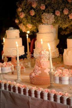 Maestoso tavolo dei dolci in stile shabby chic per un matrimonio romantico.