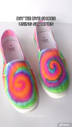 Diy Tie Dye Shoes, How To Dye Shoes, How To Tie Dye, Diy Tie Dye Converse, How To Paint Shoes, Kids Tie Dye, Sharpie Shoes, Sharpie Tie Dye, Tie Dye With Sharpies