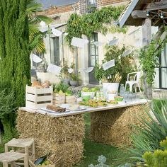 Country holiday table / diy wedding field with straw bales / diy countryside wedding Source by mcidees Deco Table Champetre, Wedding Table, Diy Wedding, Countryside Wedding, Wedding Country, Wedding Decorations, Table Decorations, Decoration Buffet, Wedding Dresses Photos