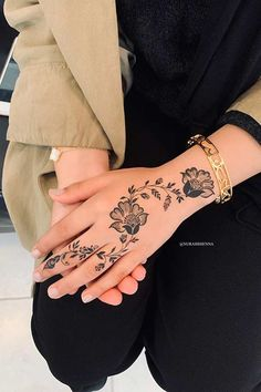 One of the most popular places to have henna is on the hands. So, today we are bringing you 21 amazing henna hand designs that are a work of art! Eid Mehndi Designs, Tribal Henna Designs, Pretty Henna Designs, Mehndi Designs Finger, Henna Tattoo Designs Simple, Mehndi Designs For Fingers, Latest Mehndi Designs, Henna Tattoo Hand, Mandala Tattoo