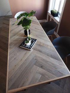 Hei, og god onsdag til dere ♥ Jeg skulle vært på trening og kontoret for le. Wood Table Design, Wood Table Tops, Diy Table Top, Diy Esstisch, Diy Dining Room Table, Plank Table, Diy Farmhouse Table, Dere, Diy Furniture