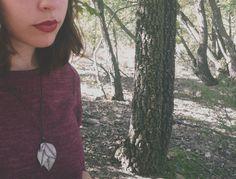 Mira este artículo en mi tienda de Etsy: https://www.etsy.com/listing/253452113/haunted-purple-and-green-leaf-necklace