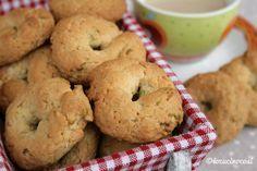 Le ciambelline dolci sono dei biscotti rustici e gustosi con frutta secca e spumante e si preparano utilizzando un bicchiere come misurino.