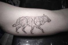 As tatuagens geométricas de Brian Woo, que faz experiências com a tinta desde os…