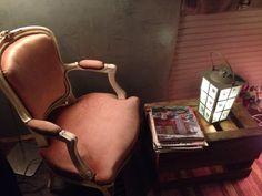Petit salon de lecture dans une authentique roulotte des années 1950....