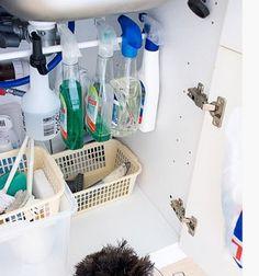 Para organizar melhor a lavanderia e a cozinha você só precisa encaixar um pedaço de madeira ou um cano no armário e colocar os produtos da forma que achar melhor.