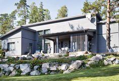 Räätälöity unelma   Koti ja keittiö German Houses, Outdoor Flowers, Scandinavian Design, Garage Doors, Beach House, Villa, Floor Plans, Exterior, Garden
