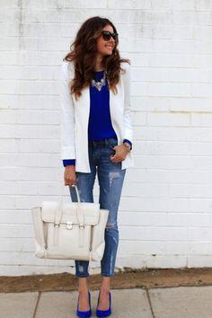 Chaqueta blanca zapatos azules