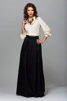 Черная юбка в пол и яркая футболка