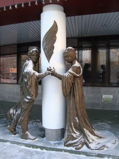 """In 2012, completed the formation of the ensemble at the Intelligence Center, to the song """"Man - reading"""" added another four sculptures: Books, Don Quixote, Baron Munchausen, Romeo and Juliet.  --  This is the sculpture of Romeo and Juliet."""