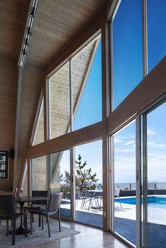 Ein chices Wochenendhaus vor Long Island – Glasfront und Riesenräume inklusive.
