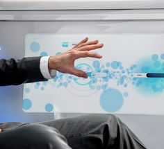 Passengers are able to interact intuitively with the connected vehicle by means of gestures or by touching the high-resolution screens.