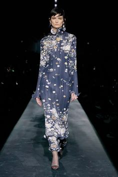 Givenchy Fall 2019 Ready-to-Wear Fashion Show - Vogue Fashion Runway Show, Fashion Show Collection, Couture Collection, Vogue Fashion, Cute Fashion, Modest Fashion, Floral Fashion, Ladies Fashion, Givenchy