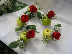 Small placeholders for guests with green apples and red roses! Fruit Centerpieces, Fruit Decorations, Wedding Decorations, Art Floral, Deco Floral, Fruit Party, Japanese Flowers, Fruit Displays, Diy Arts And Crafts