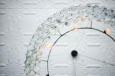 Im Metallgestell von Canvas stapeln sich Keramikgeschirr und Gläser. OCHRE