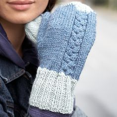 Contrasting cuff and fingertips add some color to the subtle off-centered cables. Seaming technique video tutorial link in PDF. Shown in Patons Classic Wool. Loom Knitting, Knitting Stitches, Knitting Designs, Knitting Patterns, Knitting Ideas, Mittens Pattern, Knit Mittens, Knitted Gloves, Fingerless Gloves