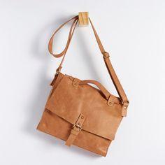 BMC 0132 - bolsa m, tipo maletinha, em couro estonado com fechamento de ímã. alt: 22cm. prof: 27cm. prof: 6cm. #coloridoviamia