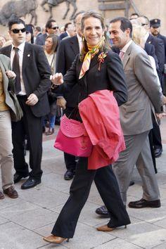 La infanta Elena, con vistosos complementos en rosa, a su llegada a la madrileña plaza de Las Ventas.