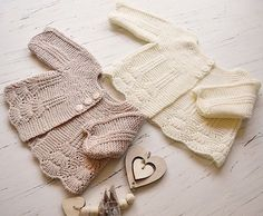 Shell border baby cardigan pattern by OGE Knitwear Designs Ravelry: Shell border baby cadigan pattern by OGE Knitwear Designs Crochet Baby Dress Pattern, Baby Dress Patterns, Baby Clothes Patterns, Baby Knitting Patterns, Crochet Hats, Booties Crochet, Cardigan Bebe, Cardigan Pattern, Knitting For Kids