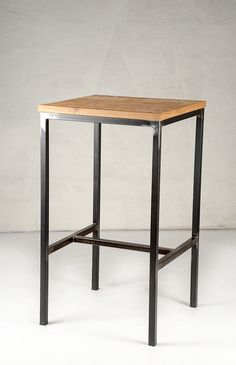 Table 235, tubular metal base with emery effect and an oak sawn surface relief. Tavolo 235, con base in tubolare di metallo effetto smerigliato e piano in rovere segato a rilievo.