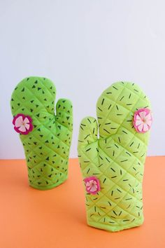 Are these not the cutest oven mitts ever? I was super thrilled with how they t… - Cactus DIY Kids Crafts, Craft Projects, Sewing Projects, Projects To Try, Arts And Crafts, Cactus Craft, Cactus Decor, Summertime Pictures, Teen Rooms