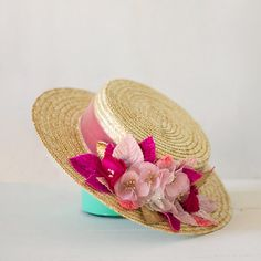 Moireach Straw boater hat with pink and fuchsia silk by Palomilla Moireach - Canotier en Rosa con Flores de Seda y Terciopelo, por Palomilla Tocados Wedding Hats For Guests, Sombrero A Crochet, Summer Wedding Outfits, Fall Hats, Boater Hat, Diy Hat, Silk Ribbon Embroidery, Summer Hats, Derby Hats