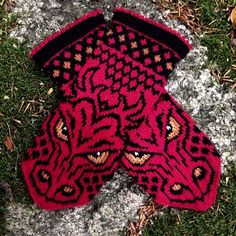 Crochet Patterns Mittens Ravelry: SMAUG mittens pattern by JennyPenny … Knitted Mittens Pattern, Loom Knitting Patterns, Knit Mittens, Knitting Charts, Knitted Gloves, Knitting Socks, Knitting Stitches, Knitting Projects, Hand Knitting