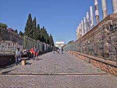Via Sacra Entrada ao Foro dende a Via Sacra. Ao fondo, o arco de Tito. Á dereita, templo de Venus e Roma.