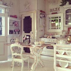 #shabby #kitchen ~ love the screen pantry door
