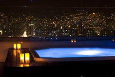 (82) Top Piscinas 10 - Tryp Medellin Hotel, Colombia - Da rienda suelta a todo cuanto te apasiona en una de las ciudades más de moda de Sudamérica alojándote en el hotel TRYP Medellín. Enclavado en un entorno de montañas cubiertas de un intenso verdor, este hotel, cercano al Parque Bolívar, se encuentra a pocos minutos de tiendas exclusivas, una espectacular oferta gastronómica y una animadísima vida nocturna. La estación de metro Estadio está al lado del hotel.