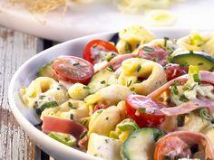 Deftiger Tortellinisalat | Zeit: 25 Min. | http://eatsmarter.de/rezepte/deftiger-tortellinisalat