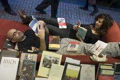 Félix González y Eva Cosculluela en la famosa chaise longue del escaparate.