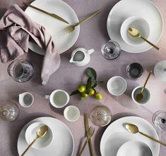 Pasen komt eraan en dit jaar wordt het vast anders, even geen lunch met vrienden of familie. Maar gelukkig kunnen we het thuis  net zo gezellig maken als we willen.  Je kunt de tafel mooi dekken met tafellinnen in pasteltinten, versierd met een mix van servies, kandelaars, bestek en glaswerk. Dat geeft gelijk een feestelijk paasgevoel! Broste Copenhagen, Plates, Table Decorations, Tableware, Products, Essen, Licence Plates, Dishes, Dinnerware
