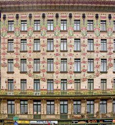 Die Wiener Architektur ist für ihre Eleganz und Pracht ja weltweit bekannt. Dass man dazu aber nicht unbedingt nur die zahlreichen Kirchen oder Prunkbauten am Ring abklappern muss, ist ein wunderbares Extra. Einmal mehr wollen wir euch auf einen Stadtspaziergang durch unsere Lieblingsstadt entführen hin zu wunderbaren Fassaden, die schon von weitem ins Auge stechen und in den Bann ziehen. Viel Spaß beim Schlendern, Bestaunen und Lesen. Vienna, Austria, Art Nouveau, Building, Kirchen, Sweet, Crafts, Traveling With Children, Travel Advice