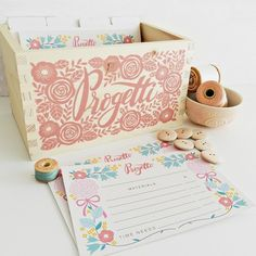 This beautiful Project Box is the perfect solution to organize all your craft projects and to decorate your craft room desk! You can choose between two different projects cards were you can write down materials and steps of your favorites craft projects!