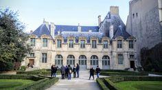 Na Janelinha para ver tudo: Hôtel de Sully, uma das belas mansões da região…