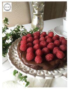 Lovely raspberry cake shabby chic style