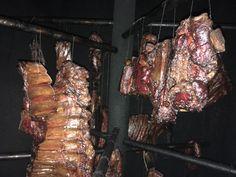 Domácí uzené maso se řadí mezi největší pochoutky, které si mnozí znás dokážou představit. Ne každý ho ale dokáže doma dokonale připravit. Právě ztoho důvodu jsme si pro vás připravili jednoduchého průvodce tímto procesem. Budeme se snažit přiblížit všechny velmi důležité aspekty. Prvně se podívám
