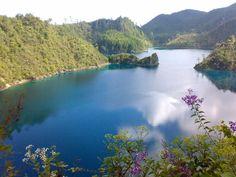 Al este de Chiapas, muy cerca de la frontera con Guatemala, se encuentra el Parque Nacional Lagunas de Montebello el cual cuenta con más de 50 lagos de diferentes tamaños y tonalidades. En algunos de ellos es posible nadar o dar un paseo en balsa para visitar sus islas pobladas de exuberante vegetación. / Foto: Manlio Fabio Chacón Rojas