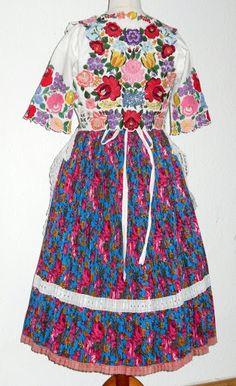 A Kárpátmedence viseletei - 104227362733955419577 - Picasa Web Albums  A beautiful Kalocsa outfit
