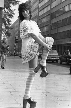 ca6008b165dd 24 fantastiche immagini su abiti anni 70