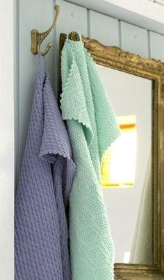 Fine, strikkede håndklæder i blide farver passer rigtigt godt til den enkle sommerhusstil