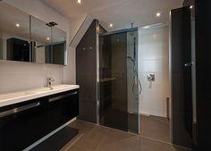 Sealskin badkamer, met Sealskin duka 4200 2-delige schuifdeur met grijs glas. (foto: Aqualux Den Helder)