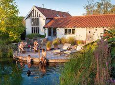Řada majitelů rodinných domů s velkou zahradou dává při potřebě letního osvěžení přednost bazénům. Podřídili jejich vzhledu celkový styl zahrady, nebo se zkrátka smířili s tím, že bazén v zahradě má plnit spíše praktickou než estetickou funkci. Dokázal by vůbec nějaký vodní prvek naprosto přirozeně splynout s atmosférou vaší zahrady a ještě podtrhnout její přírodní a svobodomyslný ráz?