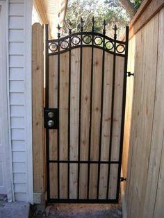 Iron and wood gate angehobene Betten des Hinterhofgartens Metal Gates, Wooden Gates, Wrought Iron Gates, Fence Doors, Fence Gate, Fences, Backyard Gates, Backyard Privacy, Cedar Gate