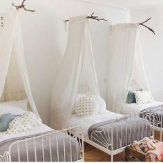 """590 Me gusta, 10 comentarios - Monpetitnicolas (@monpetitnicolas) en Instagram: """"Qué os parece esta habitación para tres? Sencilla pero original con doseles y textil de cama muy…"""""""